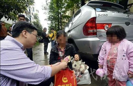 """昨天上午 9:30,当代快报记者在南京总病院见到了刘密斯,和她抱病的女儿大双(奶名)。刘密斯说,她是山东人,上周三带着大双来军总治病。依据病历本上的诊断,大双得了肾病归纳症,伴随急性上呼吸道沾染。"""" 这几天都在挂水,天天破费要一两百块钱。"""" 固然这笔花消对一般人来讲,能够并未几,但对刘密斯来讲,倒是惨重的累赘。由于她家的首要经济来历,是她天天在成品站打工所得,天天只要四五十元。此次来南京治病统共带了3000元,也都是跟亲属借的。"""