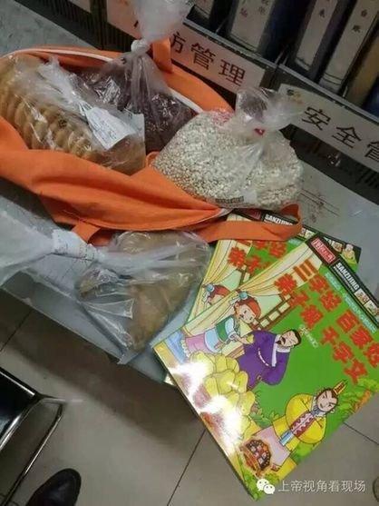昨日晚上,南京玄武公循分局梅园新村警务效劳站接到辖区一超市报警,称抓到一位小偷。民警潘顺勤赶到现场后,发觉小偷是一位女人。对男子停止搜寻后,民警在她身上搜出了被盗的一点杂粮、一个鸡腿。而审查到腰部时,则发觉了一本少年读物。