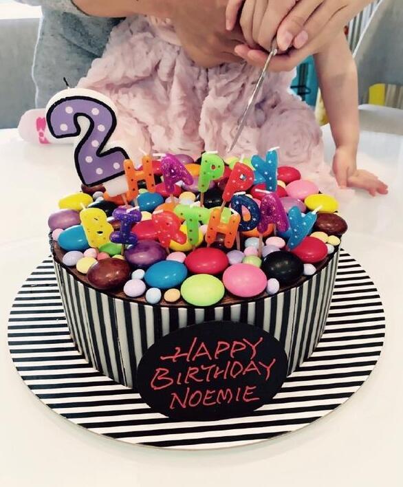 晚上时分,刘恺威通过微博一家三口一起握手切蛋糕的温馨照片,并送上