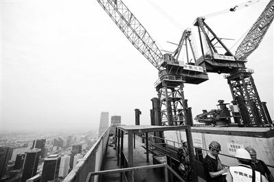 """本报讯(记者 董鑫)昨天,本市住房建设系统""""安全生产月""""活动在CBD核心区的""""中国尊""""项目施工现场启动。这座正在建设中的高楼以每3天半盖一层的速度向空中爬升,预计今年8月就将超过330米的国贸三期,成为北京第一高楼。按照计划,""""中国尊""""将在2018年10月竣工并交付使用。"""