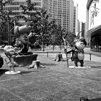 今天,熊大、熊二雕塑不见了,只剩下秃顶强和小山公