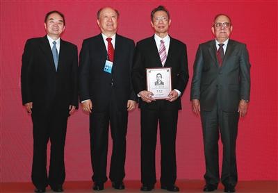 昨天上午,国家工程院颁布第十一届光华工程科技奖,呼吸病学教授钟南山(右二)取得成绩奖。 新京报记者 吴江 摄