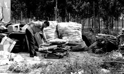陈瑞武曾经以收废品为生,由于受伤,经常浑身疼痛。京华时报记者陶冉摄