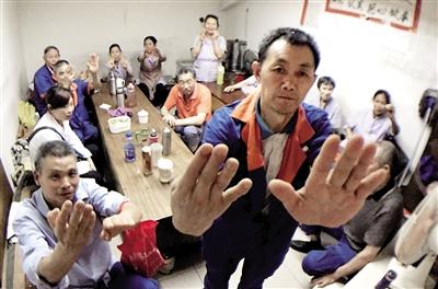 1日,南岸骏逸天下小区,清洁工全部待在休息室不出工,都说被欠薪,四五千元工资没拿到。