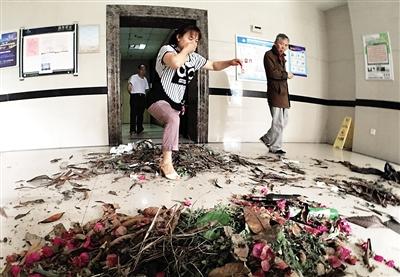 1日,南岸骏逸天下小区1栋门厅垃圾遍地,住户出入困难。记者 杨新宇 摄