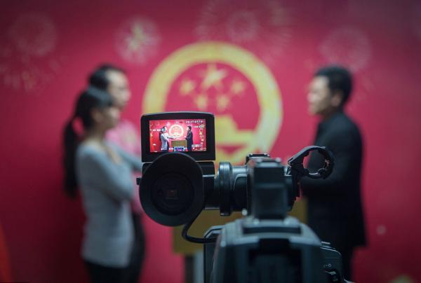 2016年2月14日,北京,新人返回民政局列队注销领证。 李三线 材料图