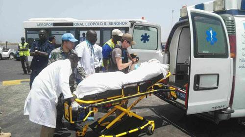 6月1日,在塞内加尔达喀尔机场,马里维和部队遇袭事件中一名中国伤员抵达后被送上救护车。