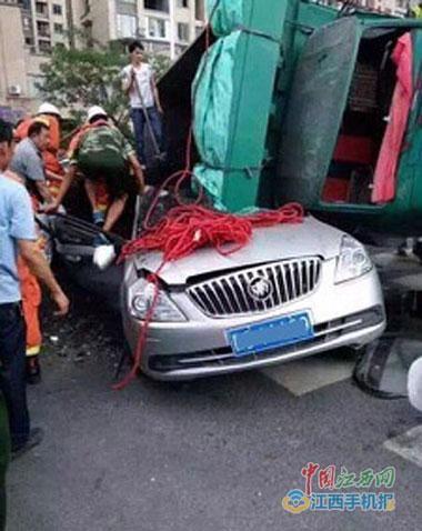 小轿车被压得严重变形