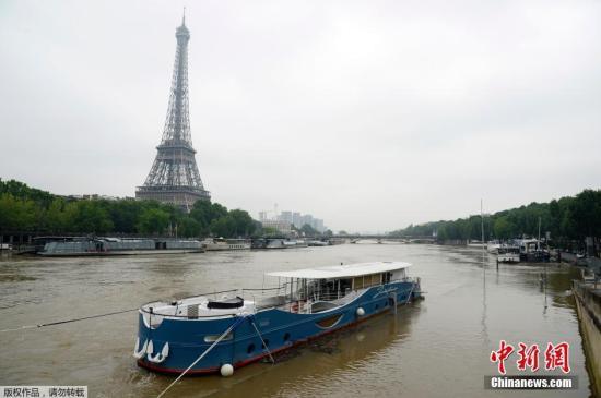 当地时间6月1日,法国巴黎,连绵不断的雨势导致塞纳河经首都巴黎的一段决堤,暴涨的河水使得河岸步道已不见踪迹。欧洲北部从5月底开始受暴风雨侵袭,并发生多起雷击事故。