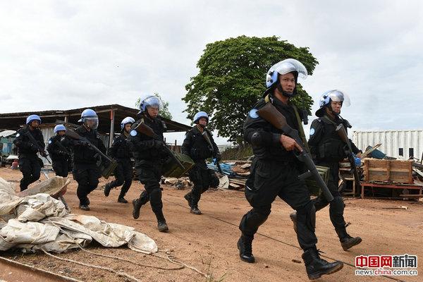 中国第四支驻利比里亚维和警察防暴队应急处突分队领取武器弹药,快速集结。