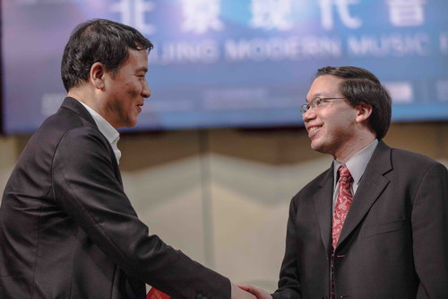 北京现代音乐节艺术总监叶小纲祝贺一等奖获得者罗杰.扎尔