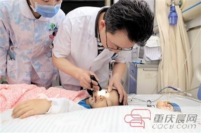 陈太忠医师正对皓皓进行检查。记者 敖一航 摄