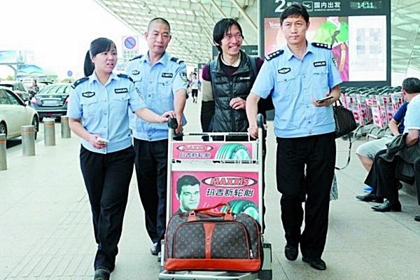"""现年43岁的香港女子黄情瑜一年前北上""""穷游"""",不意手机卡及银行卡丢掉、与家人落空联系,最后由公安辅佐回家。"""