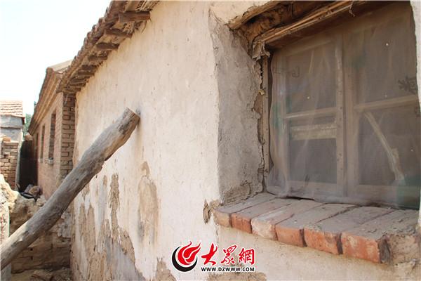 刘某燕外家的北屋很陈旧,当记者到她家时,并无人在家。