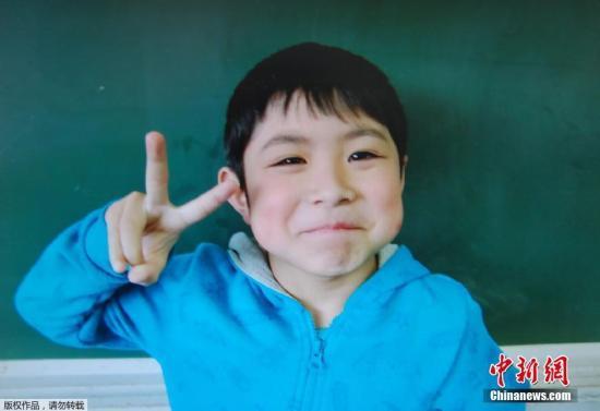 小男孩黉舍供给的相片。侵占队员示意,被发目今,男童身上没有显着的外伤,看起来精力还好。(材料图)