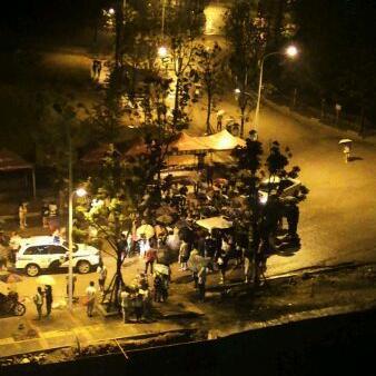 夜色中多名学生将巡逻车包围。