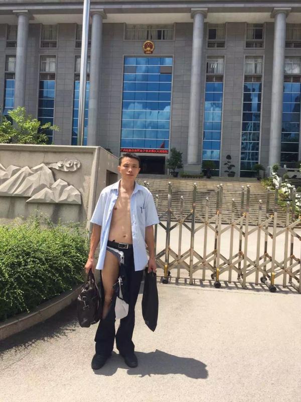 吴良律师从南宁青秀区法院出来已是衣衫褴褛。
