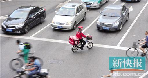 在河汉北路与河汉东路接壤处,一送外卖者逆行。