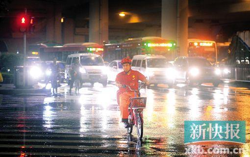 在海珠区昌岗立交桥下,送外卖者骑电动车闯红灯。