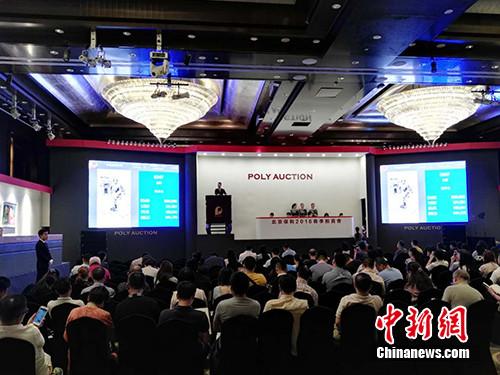 """6月3日,北京保利2016春季拍卖会在京举槌。在下午的""""中国当代水墨""""专场中,央视主持人朱军的水墨画《牧羊女》拍出130万元。图为拍卖会现场。宋宇晟 摄"""