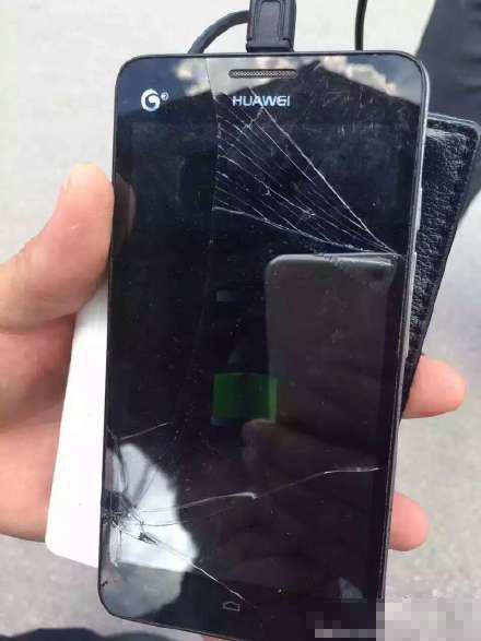 被损坏的手机。