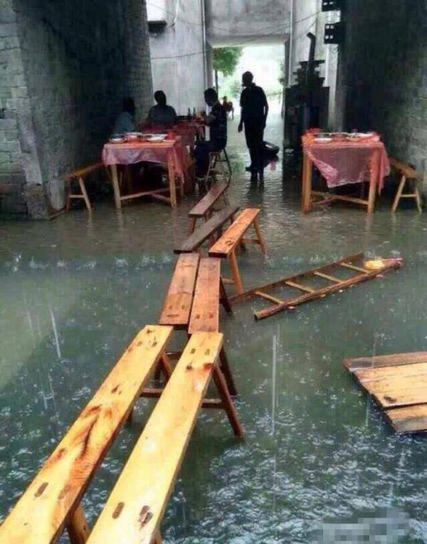 王璋涛一大早就去汪家迎亲,不意,水涨得太快,没多久两村间被两处大水阻断,他接到新娘后,曾经无法回本人家了。