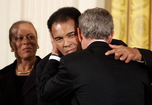 小布什授予阿里自由勋章