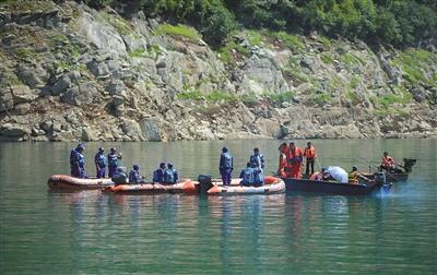 """6月5日12时左右,蓝天救援队利用强磁定位和水下摄像机,确定了翻沉的""""双龙""""号游船位置。新华社记者 薛玉斌 摄"""