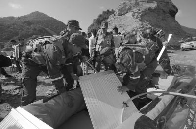 6月5日,搜救职员预备返回事发水域停止搜救。新华社发