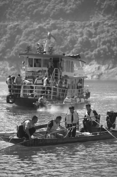 6月5日,搜救职员在事发水域停止搜救。