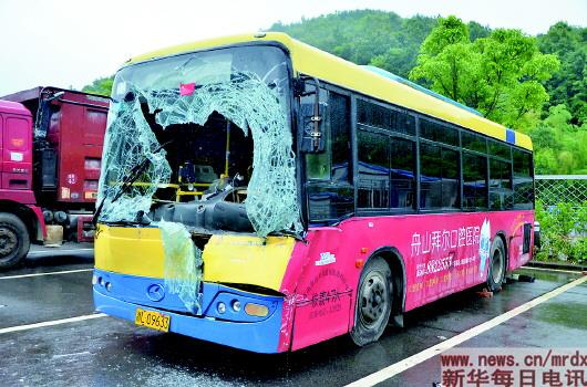 公共汽车的轮子-被车轮击中的公交车(6月3日摄).新华社发-浙又现 最美司机 图高清图片