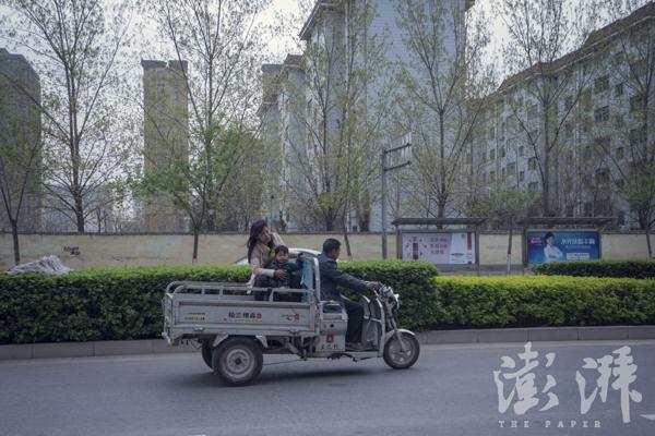 2016年3月29日,张春法开着电动三轮车带着妻儿从家去堆栈。