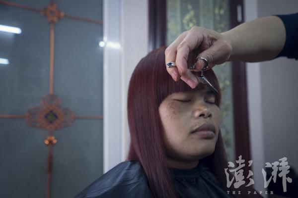 2016年3月29日,回柬埔寨前一天,Sophorn来到美发店修剃头型、染发。归去不久就将是柬埔寨新年,Sophorn要为此装扮一番。