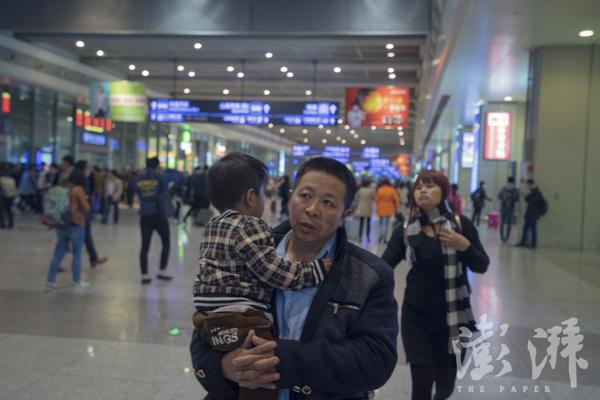 2016年3月30日,从上海虹桥火车站下车后,Sophorn一家要赶往浦东机场。为了不误机,张春法抱着孩儿,走在Sophorn后面,着急地寻觅出口。