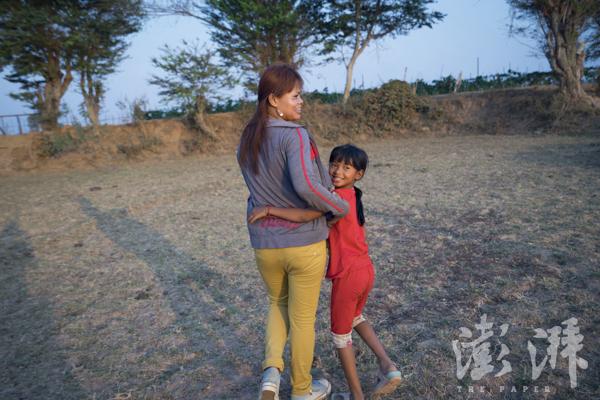 2016年4月25日,Sophorn和女儿Janny一同向家里的农田走去。
