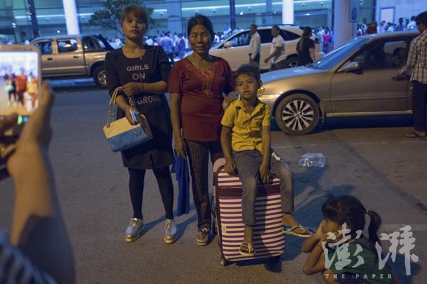 2016年5月3日,在机场候机大厅前,Sophorn和母亲、孩儿合影。