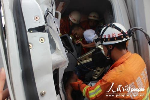 消防胡匪正尽力救援被困司机。