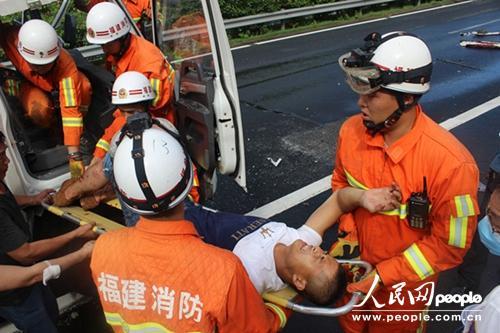 成功救出被困司机。
