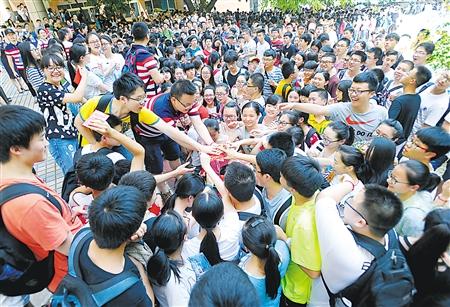 李祖明给考生发红包和激励信 记者 李化 摄