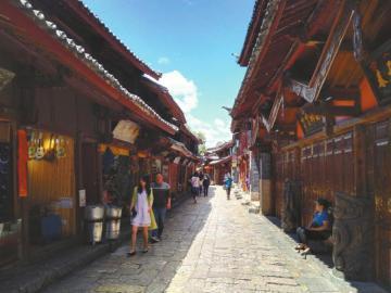 6月3日午时,丽江古城大街上旅客希少。