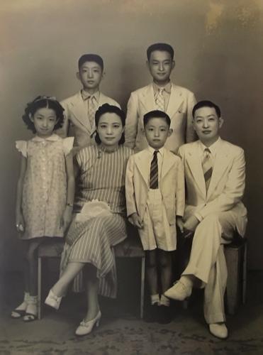 材料图:梅兰芳老师百口福。前排右二为梅葆玖。梅玮供图