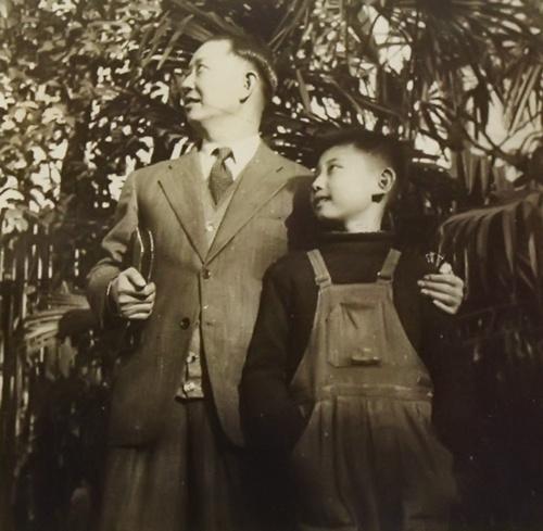 材料图:梅兰芳老师与儿时的梅葆玖。梅玮供图。