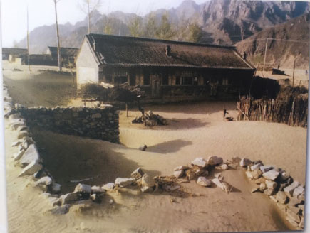 2000年,丰宁县小坝子乡农户住房被荒漠流沙包围(茅硕/摄)