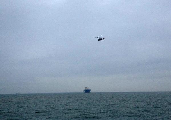 图为搜救人员前往失事海域搜寻。