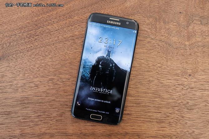 三星蝙蝠侠定制版Galaxy S7 edge采用了全黑配色加上金色点缀,背面刻印了醒目的金色蝙蝠侠Logo, 在Home键、摄像头、闪光区等进行了镶金处理,配以Injustice主题专属用户界面,增强了机身的视觉一体感。除了外观之外,蝙蝠侠定制版S7 Edge与标准版三星Galaxy S7 edge配置保持一致,配备2560x1440像素分辨率的5.5英寸屏幕,搭载高通骁龙820处理器,内置4GB RAM+32GB ROM存储容量,采用前置500万+后置1200万像素摄像头,配有3600mAh容量电池。