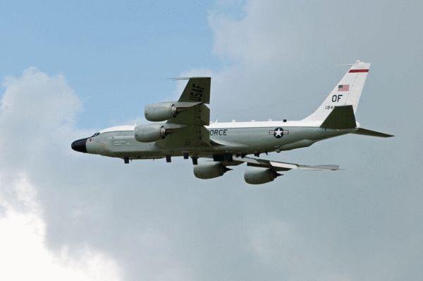 """一名美国官员称,中国战机接近美军机从未低于100英尺,但却以极高速度抵近美军机。该官员称,这一拦截被视作""""不安全""""行为。报道称,官员们尚未得知美军机是否采取规避措施以阻止中国战机。官员们称,RC-135侦察机是在执行例行任务。目前尚不清楚美方是否采取外交抗议。资料图:美国RC-135侦察机。"""