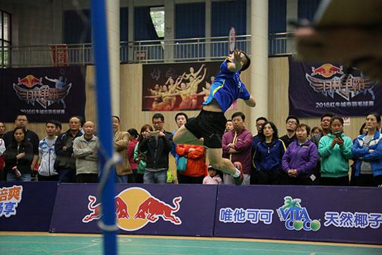 万隆e家AF队队员吴政霖在比赛中奋力挥拍