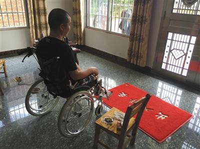 刘守芳坐在轮椅上,两个月前他驾御的大客车发作事故,他永世失掉了右腿。A12-A13版拍照/新京报记者 孙瑞丽
