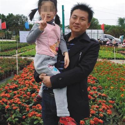 和女儿在一同的谢成龙,他曾是金旺通公司的店主,在此次事故中罹难。