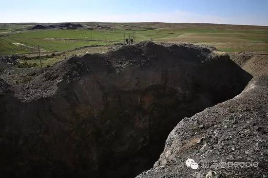 6月8日,内蒙巴彦淖尔市乌拉特中旗石哈河镇的草原上,大安鑫海铁矿的一处露天矿坑。客岁1月份案发后,这个铁矿就被关停。新京报记者 尹亚飞 摄